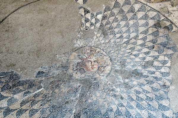 Backpack Nerd - Шабленски фар, плаж и музеят на мозайките в Девня - 100 НТО